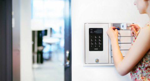 Gestión de llaves con un gabinete de llaves que tiene seis compartimentos para el almacenamiento y la distribución de llaves