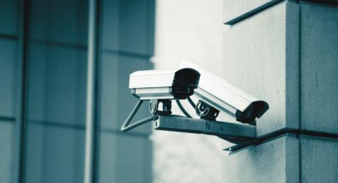 Une société du secteur de la sécurité avec de nombreuses armoires à clés électroniques connectées à un système de gestion de clés