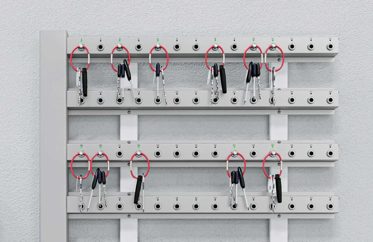 Close-up van creone keyrack sleutellijsten aan een wand gemonteerd voor sleutelbeheer.