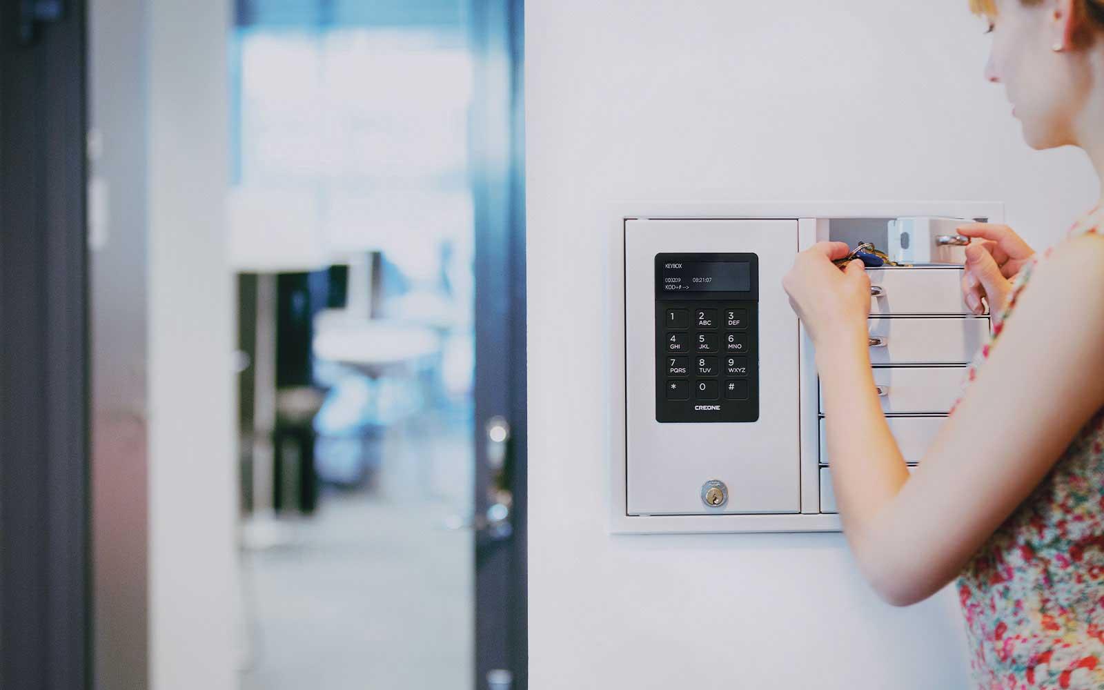 Schlüsselverwaltung mit einem Schlüsselschrank aus sechs Fächern zur Schlüsselaufbewahrung und Schlüsselausgabe
